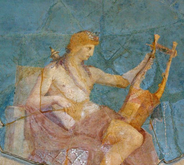 Apol·lo amb la cítara, assegut damunt l'òmfalos (el melic del món), Museu del Palatí, Roma