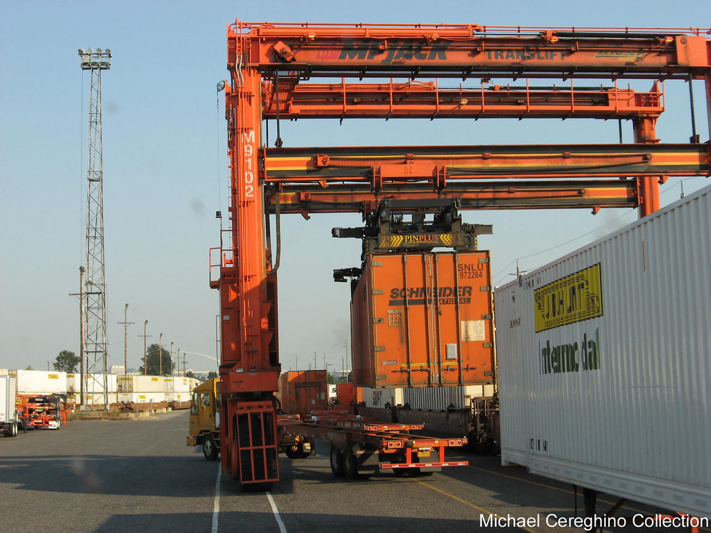 Schneider National Intermodal container(SNLU) being lifted