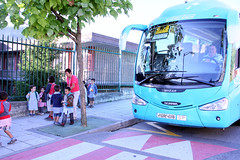 Uno de los autobuses deja a los/as escolares en la parada reservada al efecto