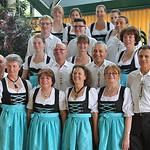 Gruppenbild der Erwachsenen-Trachtengruppe. Foto Diethard Dietrich