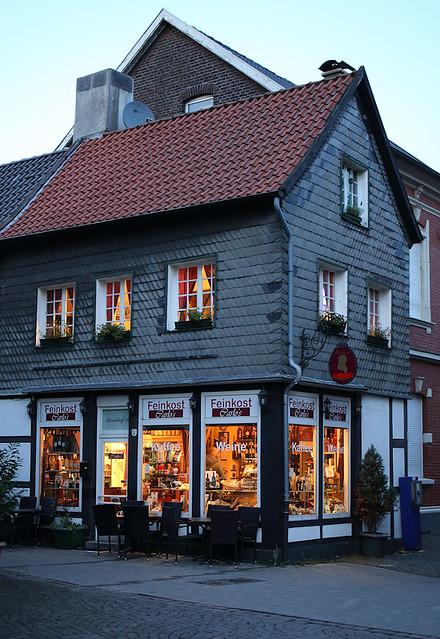 Feinkostladen am Kirchhof in der blauen Stunde