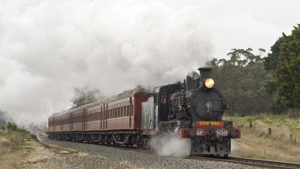 D3639 and Y112 return to Ballarat by michaelgreenhill