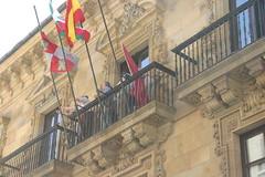 Momento de alza de la bandera en el balcon principal