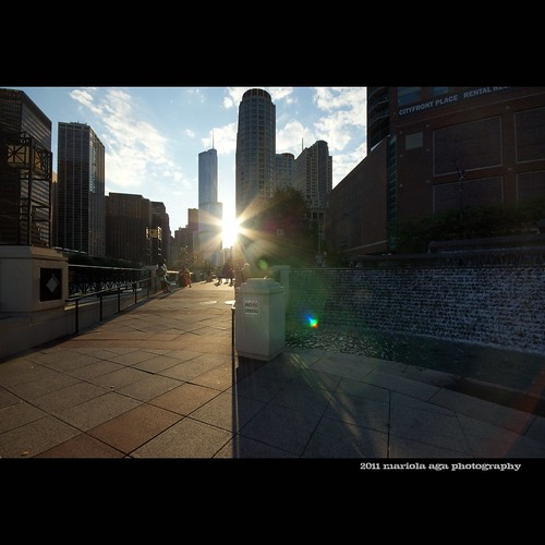 park sunset sun chicago fountain architecture buildings square downtown skyscrapers wideangle chicagoriver sunrays riverwalk thegalaxy thetrumptower