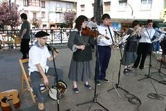 Musicos de Euskal Jaia tocando en la plaza Cardenal Orbe