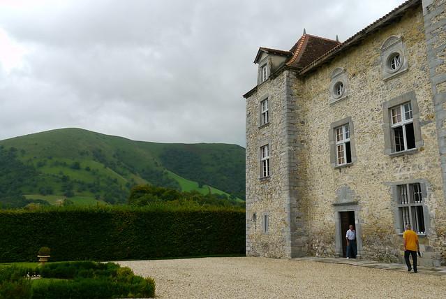 Iholdy / Iholdi, Pyrénées Atlantiques: château d'Olce (XIV°-XVII°), son propriétaire, M. Lafferranderie nous accueille