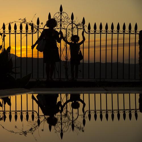 sunset sky sun sol water reflections contraluz square atardecer andalucía agua fuente ronda reflejo chicas orangesky mm siluetas málaga reflejos guapas verja mischicas kikeb winner500