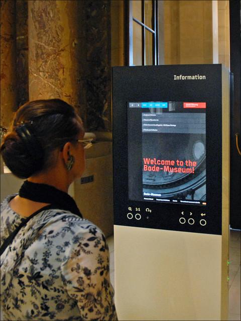 Borne interactive d'information (Bode-Museum, Berlin)