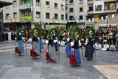 Grupo Txindurri realizando danzas en la plaza cardenal orbe