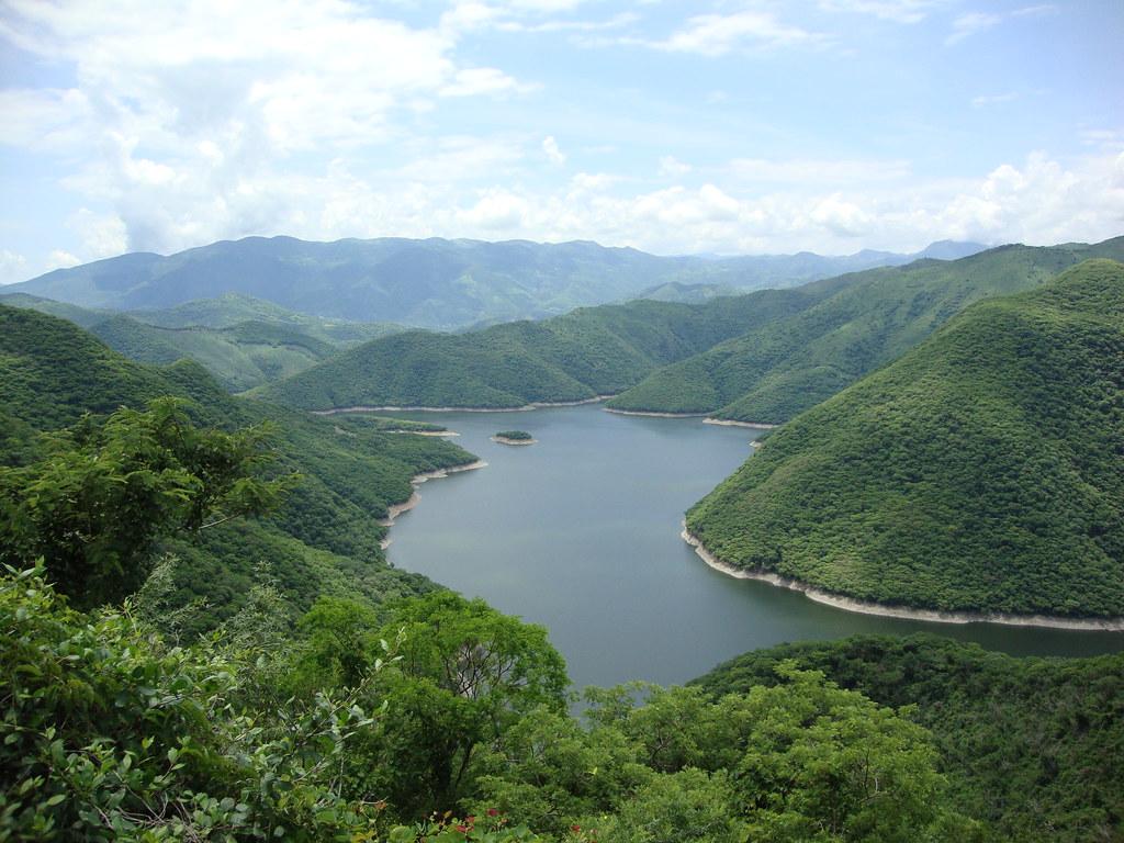 Entre extensos valles y montañas se mueve el río Balsas.