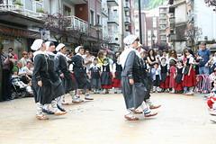 Grupo de niños realizando bailes típicos de la fiesta en Zubiaurre