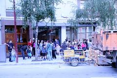 Familias esperan el autobús en la calle Sexto Centenario
