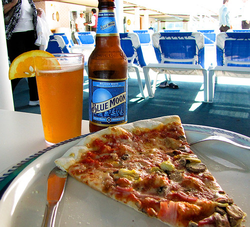 food canada beer photo novascotia princess sydney pizza bier bluemoon beerbottle princesscruises caribbeanprincess breweriana withaview bluemoonbrewing canadanewengland2011