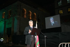 Carlos Totorika realizando su discurso de inauguración frente a Lobiano
