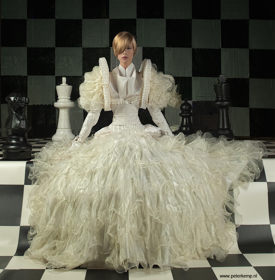peterkemp-queen-white-sit3