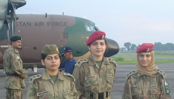 PAK ARMY OFFICERS | ARMY OFFICERS STANDING INFRONT OF PAF HI