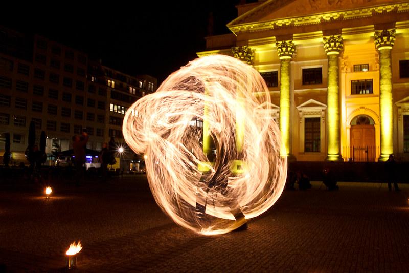 Langzeitaufnahme eines Spielers, die den Eindruck erweckt, er ist komplett von Feuer umgeben.