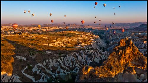 shadow sun sol sunrise turkey dawn turkiye balloon valle sombra valley area gorge turquia cappadocia globo anatolia kapadokya garganta nevsehir geologic geologica searchthebestnew