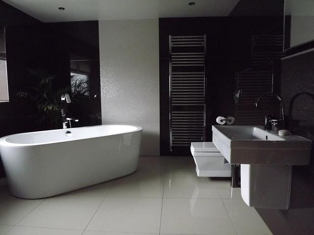 <p>West View Main Bathroom</p>