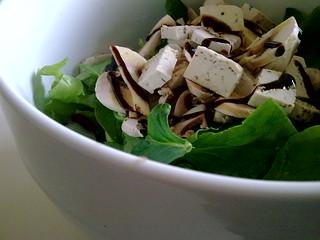 Ensalada de espinacas, tofu a las finas hierbas y  champiñones a la crema de Módena | by Lablascovegmenu