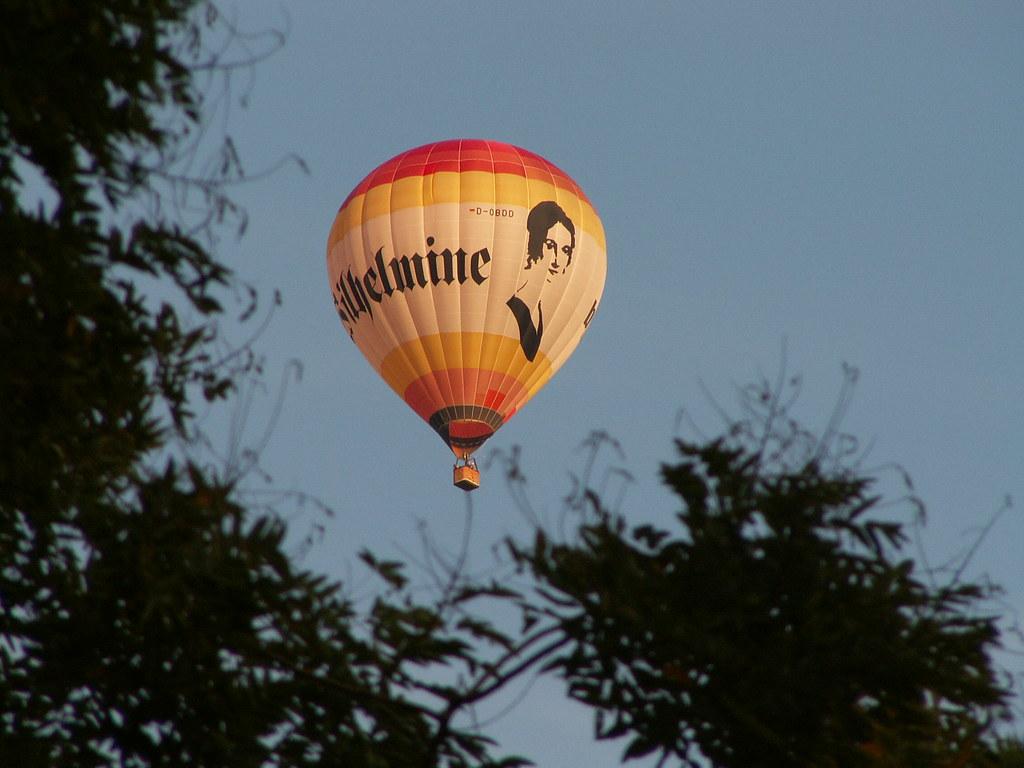 Aber auch die engen kalten Straßen mit ihren hohen dunkeln Giebelhäusern hatte der schöne Morgen heller als sonst beleuchtet, und ihnen einen Glanz, eine Freundlichkeit gegeben, die zu dem heutigen festlichen Ansehen der Stadt unter dem Ballon gar trefflich paßte 014