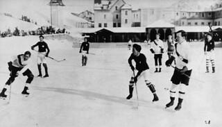 Lester B. Pearson (front right) in an Oxford University vs. Switzerland hockey game, Switzerland, ca. 1922‒1923 / Lester B. Pearson (en avant, à droite) dans une partie de hockey entre la Suisse et l'Université Oxford, Suisse, vers 1922-1923