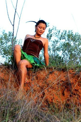 tribal fashion canyon canon girl female woman tibetan kash kelsang dolma earth natural nature trial trees red soil amazone warrior india hermitage tamil nadu pondicherry