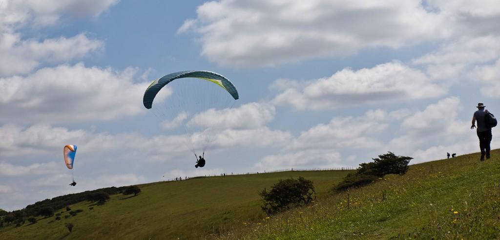 Paragliders near Glynde South Down Way_20110730_13_DxO_1024x768