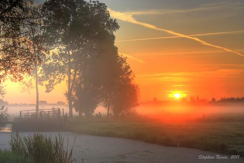 sky sun mist tree water netherlands sunrise fence nederland boom hdr weiland hek sloot zuidholland krimpenerwaard zonsopkomst bergaambacht