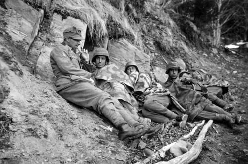 Tyske soldater i dekning for engelsk artilleribeskytning nord for Røkland