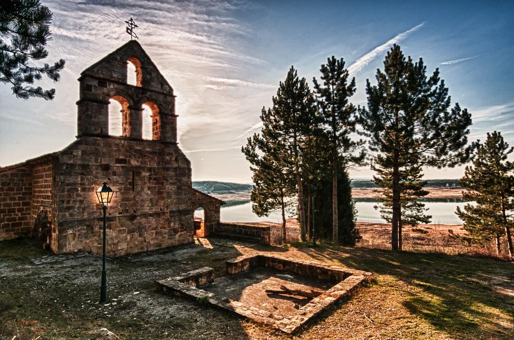 Iglesia de San Andres de Frontada | Detras de los arboles se… | Flickr
