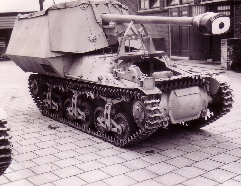 "75-mm anti-tank gun on tank chassis "" Hotchkiss """