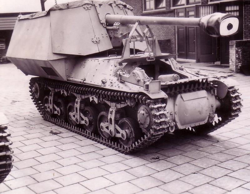 """75-mm anti-tank gun on tank chassis """" Hotchkiss """""""