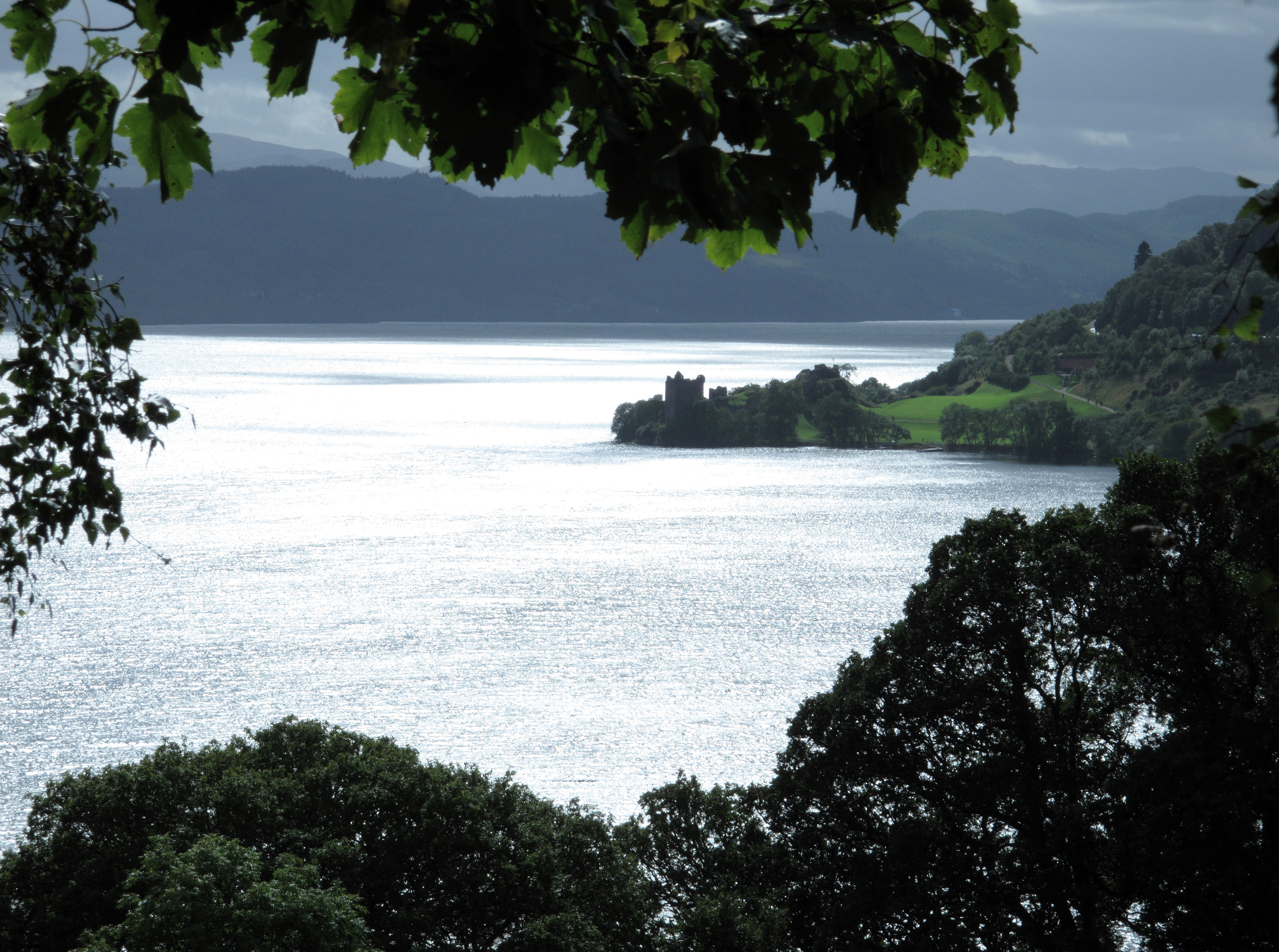 Blick auf Loch Ness mit Urquhart Castle