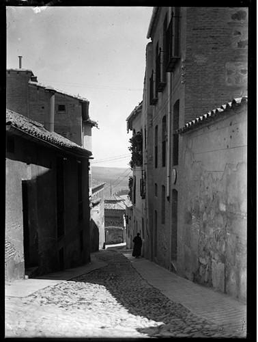 Cuesta de los Carmelitas en Toledo hacia 1920. Fotografía de Enrique Guinea Maquíbar © Archivo Municipal de Vitoria-Gasteiz
