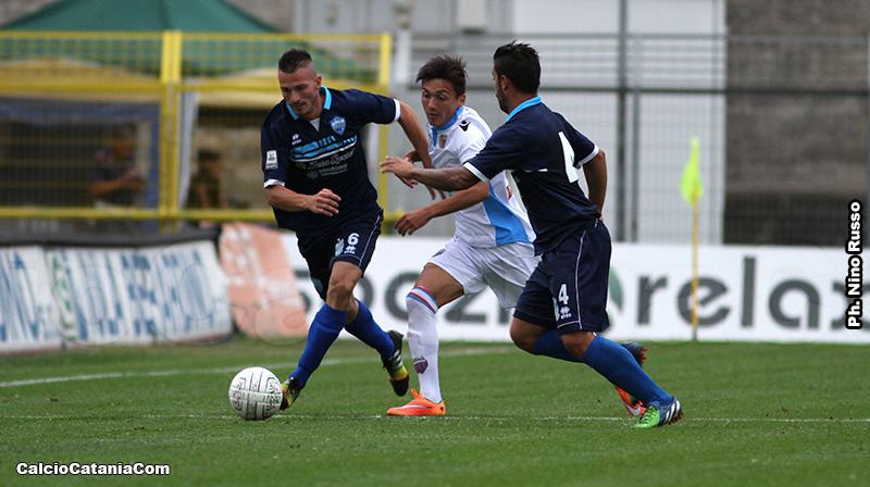 Zanchi (con il numero 6) affronta Di Grazia in Matera-Catania del 2015/16