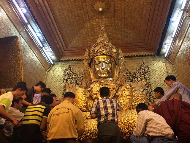 Buda de la Pagoda Mahamuni en Mandalay (Myanmar)