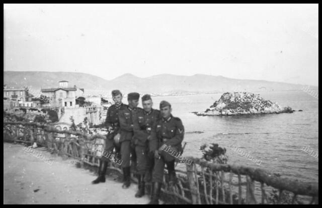 Γερμανοί στρατιώτες ποζάρουν με φόντο την Νησίδα Κουμουνδούρου (Σταλίδα) κατά την διάρκεια της Κατοχής.