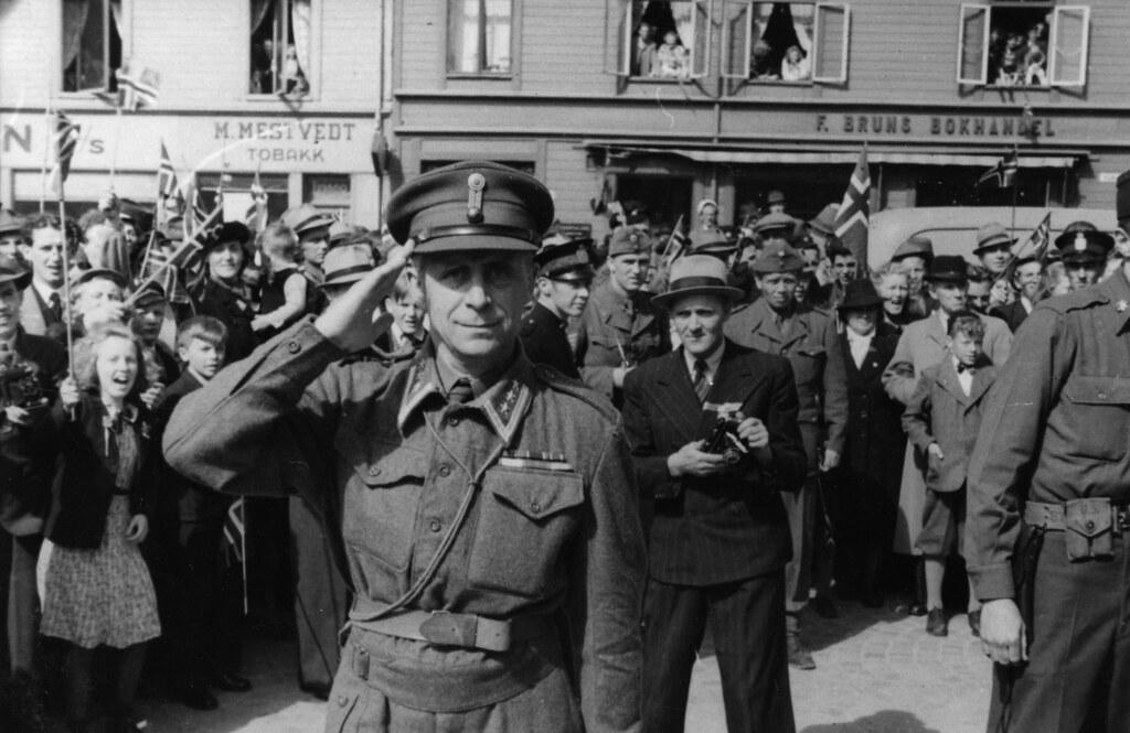 Oberst Holtermann hilser fotografen (1945)
