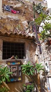 Abitare in grotte arricchite da maioliche - a Sciacca | by S I C A N I A