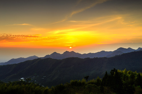 trees sunset cloud sun sunlight mountains color beautiful sunshine clouds forest canon colorful taiwan 夕陽 台灣 山 chiayi hdr 阿里山 alishan 6d 嘉義 夕照 色彩 photomatix chiayicounty 晨昏 色溫 色調 canon6d 夕彩 石棹 暖色調 暖色 竺園 竺園民宿