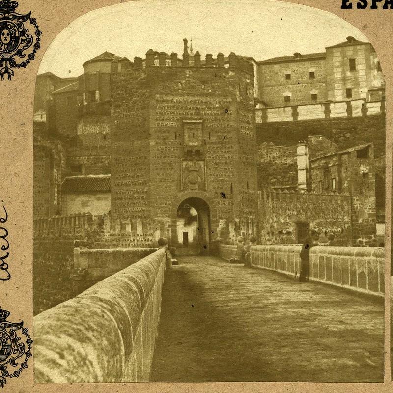 Puente de Alcántara en 1857 por Eugène Sevaistre. Se ven en pie las puertas de Alcántara y de San Ildefonso que conformaban la plaza de armas del puente, hoy desaparecida.