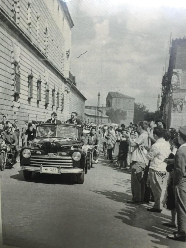 Recibimiento a Bahamontes el 20 de septiembre de 1959 tras ganar el Tour de Francia. Se ve al fondo el ábside de San Lázaro.