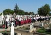 Prozession zur Kapelle auf dem Neugässer Friedhof mit Pfarrer Bonaventura Dumea und  Pfarrer Marius Frantescu, die Blaskapelle spielt einen Trauermarsch.