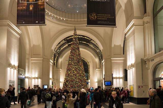 Dresden: Weihnachtliche Dekoration der Haupthalle des Hauptbahnhofs - Christmas decoration in the lobby of Dresden's Central Station