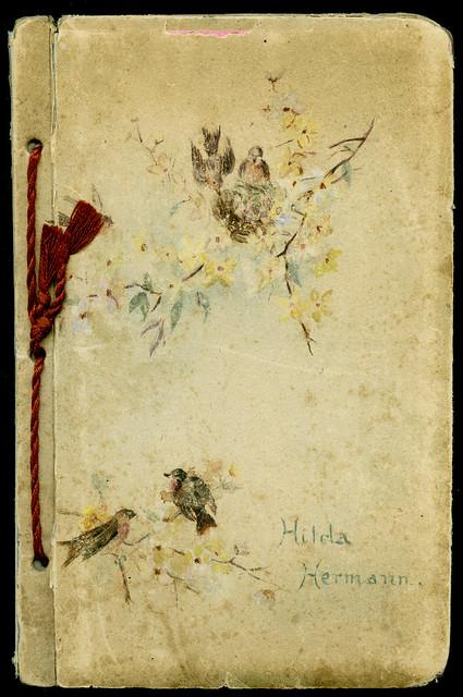 Archiv Chr300 Die Vorderseite des kleinen Fotoalbums der Hilda Hermann