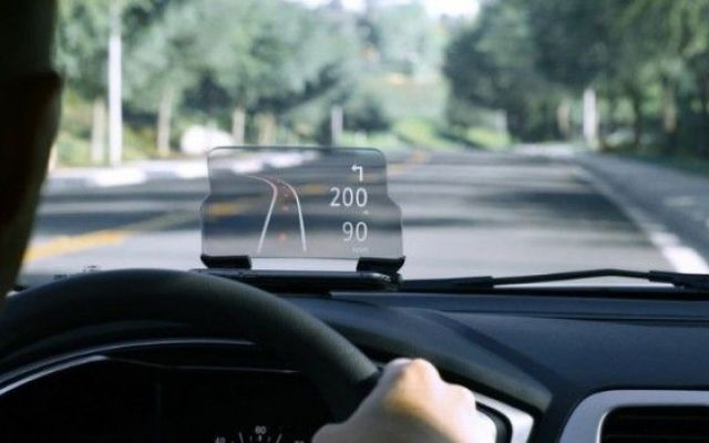 Come consultare lo smartphone senza distrarsi dalla guida grazie a Hudway Glass