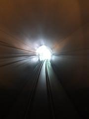 現在の線路はダム建設に伴い付け替えられた新線で、トンネルが続く (桑原トンネル)
