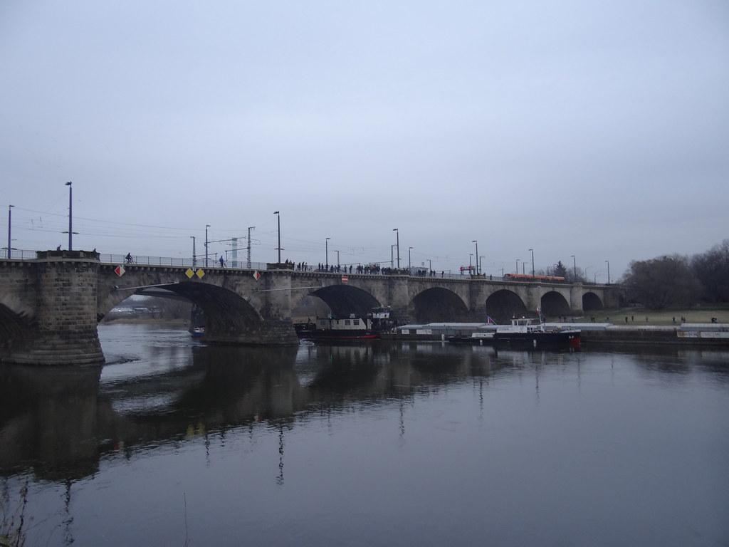 Schiffskatastrophe an der Marienbrücke in Dresden, zwischen Wilsdruffer Vorstadt und Innerer Neustadt. Die zwei nebeneinander liegende Brücken über die Elbe wurden nach Maria Anna von Bayern, der Gemahlin des sächsischen Königs Friedrich August II. benannt 01738