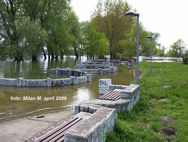 Stogodišnje vode (poplave), april 2006 god. Beograd - Novi Beograd, Savski kej, blok 45. Floods, april 2006, Belgrade - New Belgrade, Savski kej, block 45.